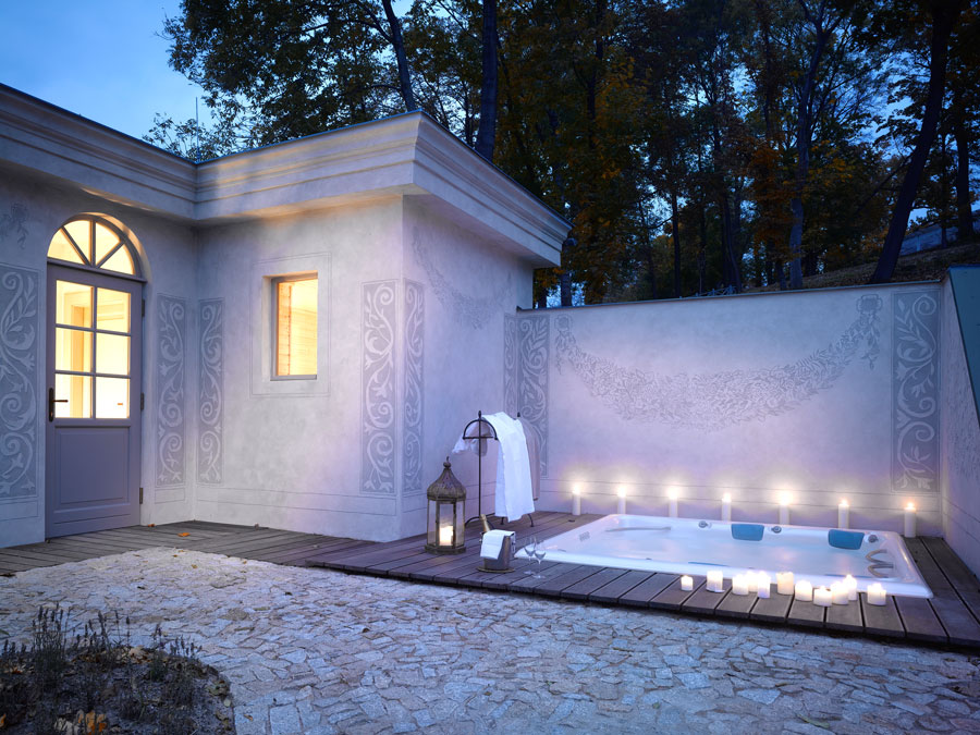 Schlosshotel MCELY SPA Outdoor Jacuzzi